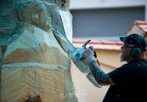 Rzeźbią… piłami spalinowymi