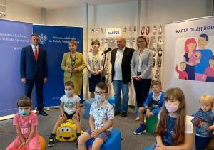 Nowy partner Karty Dużej Rodziny. Wiceminister Barbara Socha podpisała umowę z firmą Bartek.