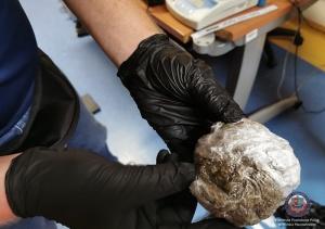 Policjanci zabezpieczyli ponad 3 kg różnego rodzaju narkotyków ukrytych w samochodzie