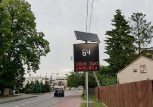 Tablica świetlna ostrzegająca kierowców o przekroczeniu prędkości