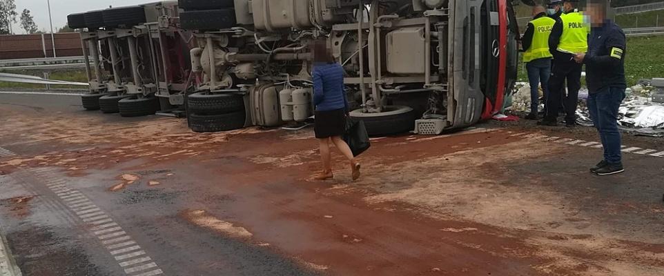 Ciężarówka wywróciła się przy wjeździe na A2. Kierowca zginął na miejscu