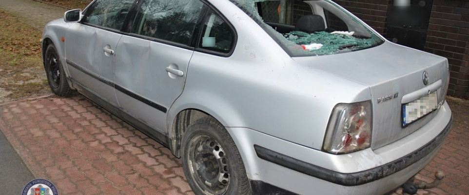 Podejrzany o uszkodzenie samochodu zgubił na miejscu swój telefon. Wrócił w trakcie policyjnych oględzin