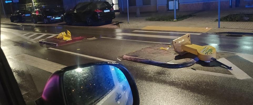 Uszkodził znaki drogowe, zderzył się z citroenem i odjechał. Był nietrzeźwy